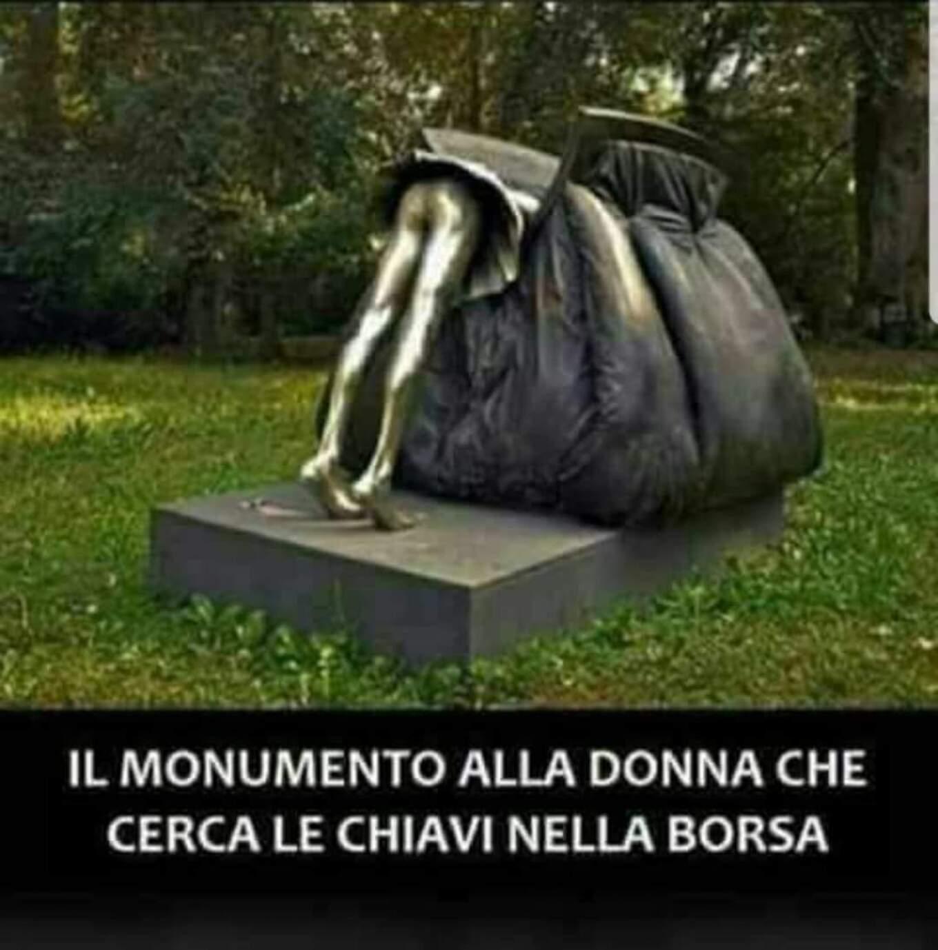 Il monumento alla donna che cerca le chiavi nella borsa